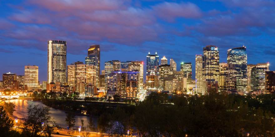 The gorgeous skyline of Calgary, Alberta at dusk.